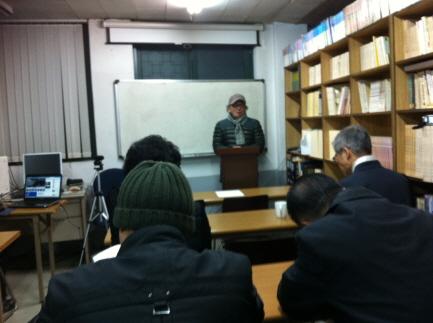 태왕의 꿈 출판 소감을 말하고 있는 저자 김덕중 2014.2.13 전쟁사학회 특강시간에 출판소감을 열정적으로 밝히고 있다.