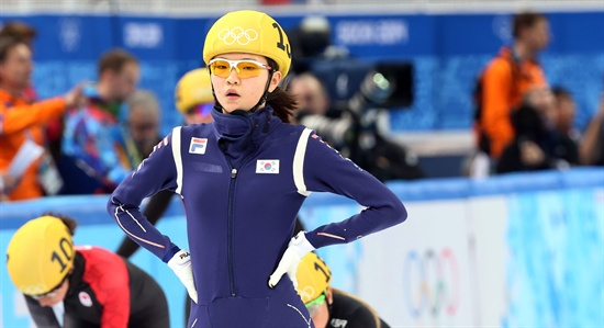 대한민국 쇼트트랙 대표팀의 심석희가 15일 러시아 소치 해안클러스터의 아이스버그 스케이팅 팰리스에서 열린 2014 소치 동계올림픽 쇼트트랙 여자 1500m 준결승에서 결승선을 통과한 뒤 숨을 몰아쉬고 있다.