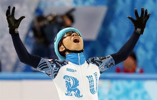 러시아 쇼트트랙 대표팀의 안현수(러시아명 빅토르 안)이 15일 러시아 소치 해안클러스터의 아이스버그 스케이팅 팰리스에서 열린 2014 소치 동계올림픽 쇼트트랙 남자 1,000m 결승에서 금메달을 차지한 뒤 손을 들며 기뻐하고 있다. 2014.2.15