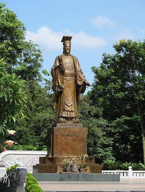 화산 이씨의 시조인 이공온의 동상. 베트남 하노이에 있다. 이공온은 고려에 귀화한 이용상의 조상이다.