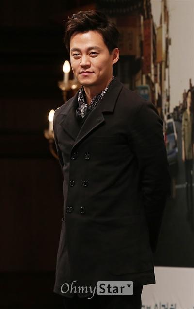 이서진 '국민짐꾼, 오늘은 검사로' 18일 오후 서울 논현동의 한 호텔에서 열린 KBS2TV 주말연속극 <참 좋은 시절> 제작발표회에서 강동석 역의 배우 이서진이 미소를 짓고 있다. <참 좋은 시절>은 가난한 18살 소년이었던 한 남자가 검사라는 직업을 가진 잘 나가는 어른이 돼서 15년 만에 고향으로 돌아오게 된 이야기를 시작으로 가족의 가치와 사랑의 위대함, 내 이웃의 소중함과 사람의 따뜻함을 담아낸 드라마다. 2월22일 오후 7시55분 토요일 첫방송.