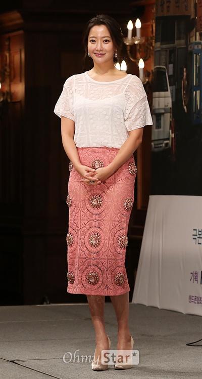 김희선, '여전한 미모' 18일 오후 서울 논현동의 한 호텔에서 열린 KBS2TV 주말연속극 <참 좋은 시절> 제작발표회에서차해원 역의 배우 김희선이 미소를 짓고 있다. <참 좋은 시절>은 가난한 18살 소년이었던 한 남자가 검사라는 직업을 가진 잘 나가는 어른이 돼서 15년 만에 고향으로 돌아오게 된 이야기를 시작으로 가족의 가치와 사랑의 위대함, 내 이웃의 소중함과 사람의 따뜻함을 담아낸 드라마다. 2월22일 오후 7시55분 토요일 첫방송.