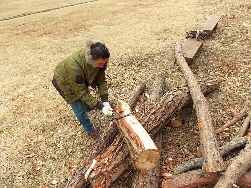 장승 장승작업은 나무 껍질을 벗기는 것부터 시작된다.