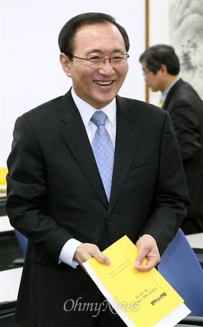 '삼성 X파일 사건'에 따른 자격정지에서 풀려난 노회찬 전 정의당 대표가 19일 국회도서관에서 열린 '진보정치의 전망과 과제' 토론회에 참석하고 있다.