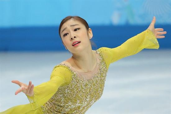 피겨여왕 김연아가 20일(한국시각) 러시아 소치 아이스버그 스케이팅 팰리스에서 열린 2014 소치 동계올림픽 피겨스케이팅 여자 싱글 쇼트프로그램에서 아름다운 연기를 선보이고 있다.
