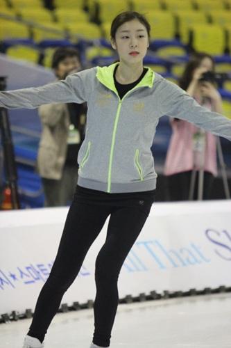 김연아가 소치올림픽에서 감동의 클린연기를 선보였지만, 결국 러시아의 편파판정으로 은메달을 받았다. 사진은 지난해 아이스쇼에서 모습