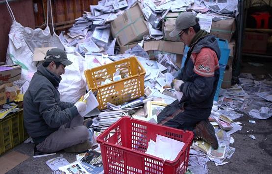 폐지에서 제일 중요한 건 분류작업이다 지난 18일부터 2박 3일, 용산의 한 고물상에서 땀 흘렸다. 폐지는 1kg에 80원, 신문은 100원이다.