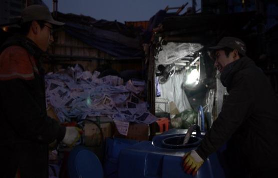 """""""폐지 1kg에 20원 남기며 일했다"""" 정윤성씨는 트럭을 운전하면서 입버릇처럼 """"폐지 값이 올라야 할 텐데...""""라고 중얼거렸다."""
