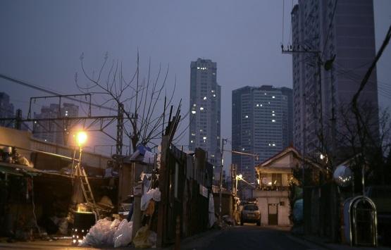 """""""서울에서 300평 땅 가진 사람이 누가 고물상을 하겠나"""" 어르신들은 대부분 주상복합단지 뒤쪽에 위치한 구 용산과 삼각지 일대에 거주하고 있다."""