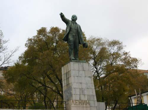 블라디보스토크 역 앞의 빛 바랜 레닌 동상