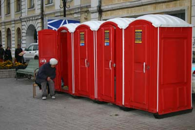 블라디보스토크 거리의 유료 화장실
