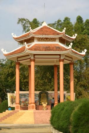 빈딘성 고자이마을의 위령탑 2월 26일, 이곳에서 베트남 인민 1천여 명이 모인 가운데 48주년 위령제가 열린다.
