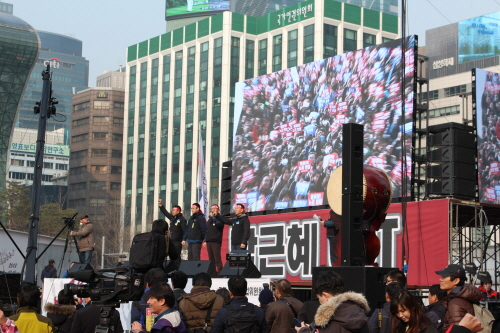 박근혜 정부 출범 1주년인 25일 민주노총의 총파업 집회가 서울 시청 앞 광장에 열렸다. 민주노총은 '민영화 저지'와 '비정규직 철폐'등 25가지 요구안 내세우며 파업을 진행하였다.
