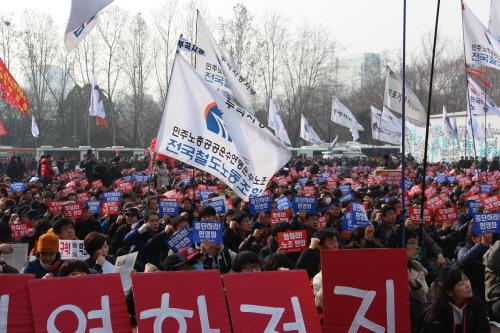 구호를 외치는 참자가들 박근혜 정부 출범 1주년인 25일 민주노총의 총파업 집회가 서울 시청 앞 광장에 열렸다. 민주노총은 '민영화 저지'와 '비정규직 철폐'등 25가지 요구안 내세우며 파업을 진행하였다.