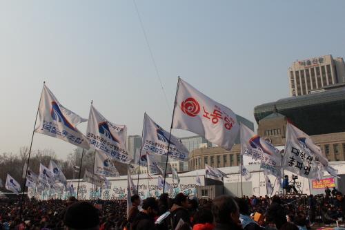 파업에 참여한 깃발들 박근혜 정부 출범 1주년인 25일 민주노총의 총파업 집회가 서울 시청 앞 광장에 열렸다. 민주노총은 '민영화 저지'와 '비정규직 철폐'등 25가지 요구안 내세우며 파업을 진행하였다.