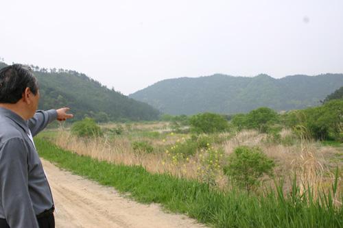 전해산 의병장 전적지인 전남 함평 고막리 일대를 순국선열회 고 오용진 부회장이 가리키고 있다.