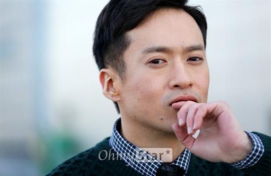 영화 <조난자들>에서 학수 역의 배우 오태경이 21일 오후 서울 상암동 오마이스타 사무실에서 인터뷰에 앞서 포즈를 취하고 있다.