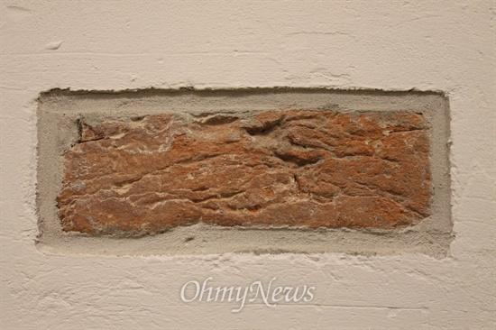빼앗긴 땅을 기억하라! 독일과의 전쟁에서 진 다니비아케(Dannevirke)에서 가져 온 벽돌을 교실 벽에 심어놓았다.