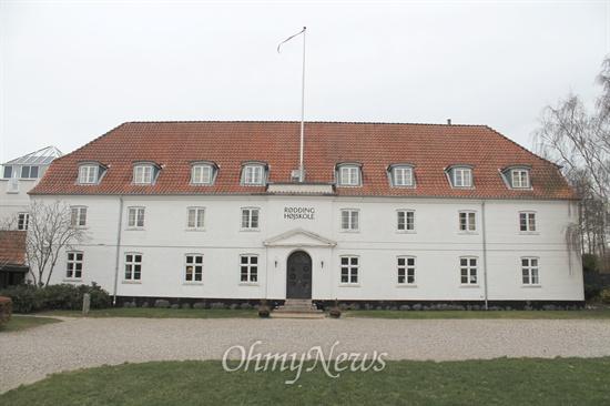 뢰딩 고등학교의 본관. 1844년 개교했다.