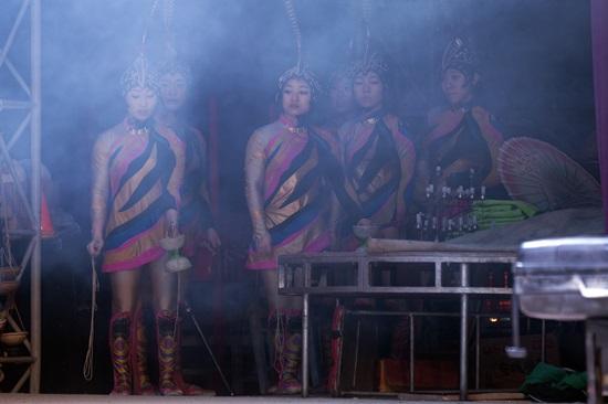 다음 차례를 기다리며.. 동춘서커스단 단원들이 다음 차례를 기다리며 무대를 지켜보고 있다. 단원들은 변변찮은 대기실도 없는 실정이다.