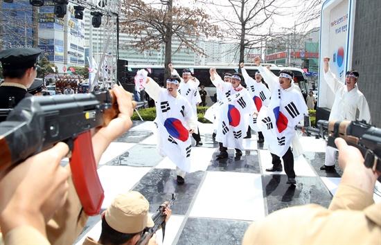 '3.1 독립만세 운동 재현 행사'. 지난 2013년 울산시 중구 병영사거리 일대에서 참가자들이 당시의 상황을 재현하고 있다.