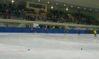 단 한 팀이 벌이던 계주 경기 여자 대학부 3,000m 결승전 경기가 열리고 있다. 결승에 참가한 팀은 경기도 대표 단 한 팀이었다.