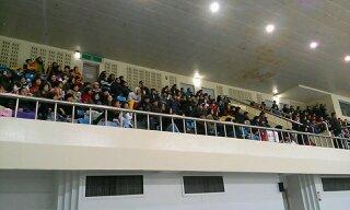성남 탄천 종합운동장 빙상장에 모인 관중들이 제95회 동계체전 쇼트트랙 경기를 관전하고 있다.