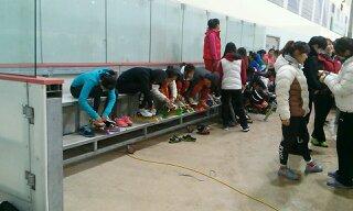 경기 준비 중인 여학생들 여자 초등부 선수들이 곧 있을 경기를 준비하고 있다.