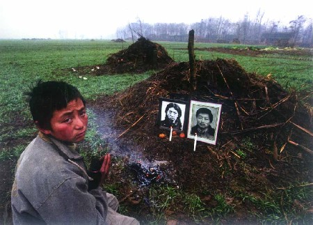 에이즈의 가장 큰 피해지인 허난성 차이향촌 에이즈로 부모를 잃은 소녕이 부모를 장사지낸후 있는 모습