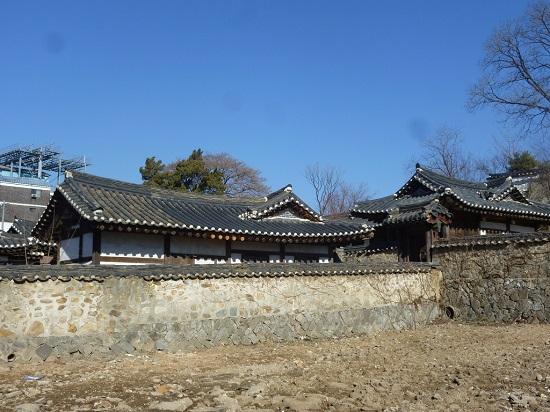 철종이 왕이 되기 전에 살았던 곳에 지은 집인 '용흥궁'입니다.