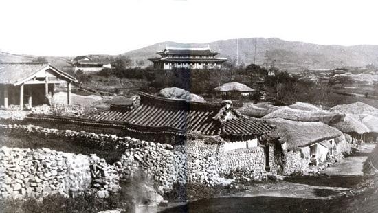 1906년에 찍은 강화읍의 강화성공회성당 근처 모습입니다. 성당 인근에 용흥궁이 있는데 사진에는 나타나 있지 않습니다.
