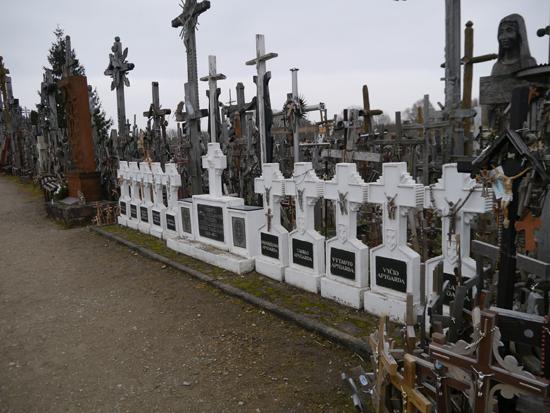 십자가언덕에 자리 잡은 석조 및 철재 십자가들. 이런 십자가들이 늘어나면서 과거의 고즈넉한 분위가가 많이 훼손되었다는 불만이 높다.