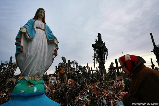 한동안 십자가언덕의 상징이었던 파란 성모 마리아상.