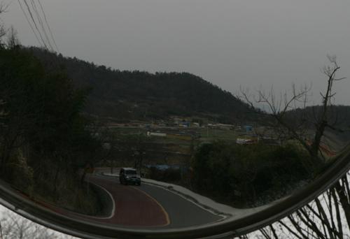 도로변 반사경에 비친 도로. 영산포에서 석관황포길로 가는 길목이다.