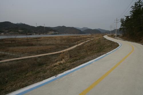 영산강 자전거도로. 석관황포길 옆 영산강 둔치를 따라 이어져 있다.