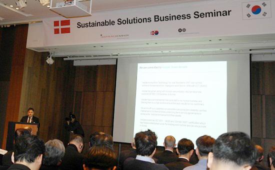 덴마크 풍력 기업의 한 관계자가 덴마크의 풍력 산업에 대해 설명하고 있다.