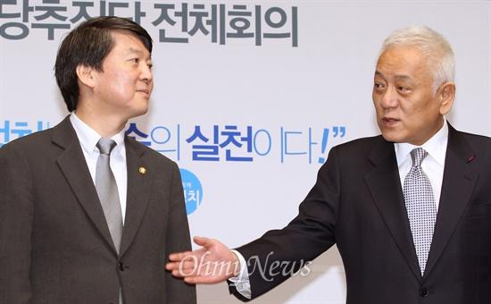 민주당과 새정치연합을 통합하기로 합의한 김한길·안철수 공동신당추진단장이 10일 오후 국회에서 열린 신당추진단 전체회의에 참석하고 있다.