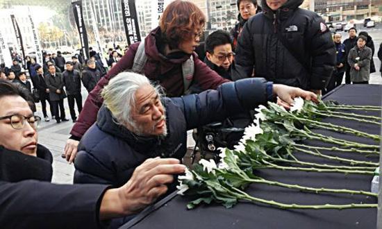 헌화 중인 박경석 대표 박경석 장애인차별철폐 연대 대표가 헌화를 하고 있다.