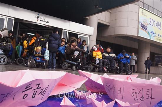 장애등급제와 부양의무제의 바다 건너 장애인과 가난한 이들이 있다. 반빈곤네트워크는 12일 오후 대구시청 앞에서 기자회견을 갖고 가난한 이들에게도 인간답게 살 권리가 있다고 외쳤다.