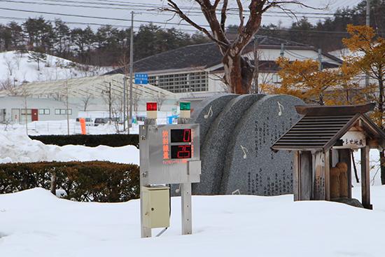이다테무라 청사 앞 방사선계측기, 공간선량 2.5마이크로시버트(μSv)를 나타내고 있다.