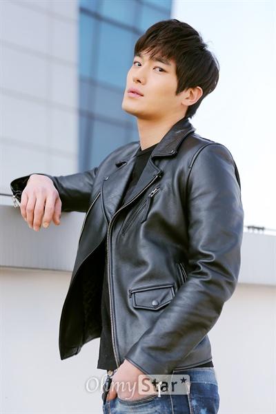 KBS1 저녁일일극 <사랑은 노래를 타고>에서 윤상현 역의 배우 곽희성이 19일 오전 서울 상암동 오마이스타 사무실에서 인터뷰에 앞서 포즈를 취하고 있다.