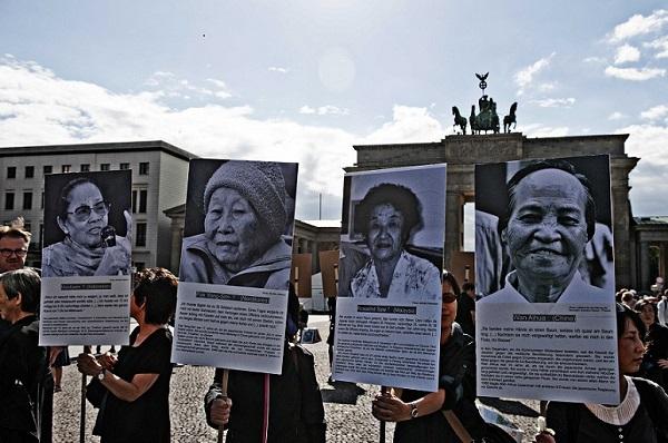 지난해 8월 독일 베를린 브란덴부르크 문앞에서 열린 침묵시위. 코리아협의회는 독일 사회에 일본 위안부 만행을 알리고, 일본의 사과 및 문제 해결을 요구하는 침묵시위를 꾸준히 열고 있다.