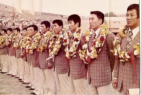 1970년대 중반 국가대표 환영식 모습(오른쪽에서 두 번째 김봉연)