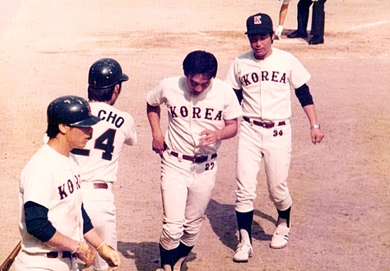 홈런을 날리고 나인들의 환영을 받으며 선수 대기석으로 들어오는 김봉연