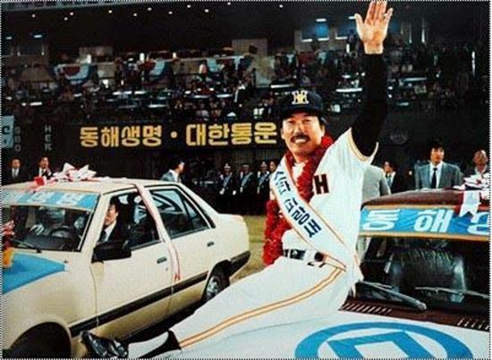 1983년 한국시리즈 MVP로 선정된 김봉연이 팬들에게 답례하고 있다.