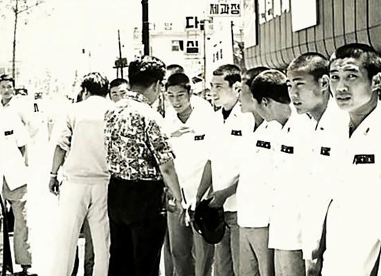 1972년 황금사자기 우승 환영식에서 시민과 인사하는 김봉연 선수