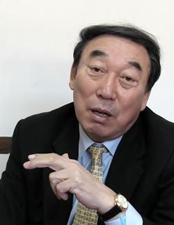 노력이 없으면 얻어지는 것도 없다고 강조하는 김봉연 교수