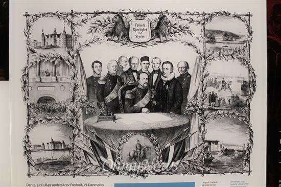 피 없는 권력이동...1849년 덴마크 국왕 프레드릭 7세와 제헌의회 대표들이 절대왕정을 폐지하고 입헌군주제로의 전환에 합의하고 있다.
