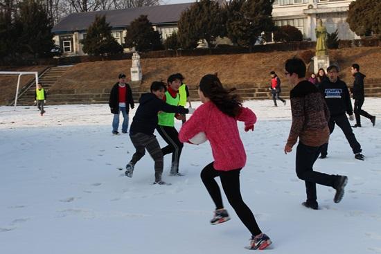 눈밭 위에서의 축구 걸어다니기도 힘든 눈밭에서 공을 차다니, 필자의 상식으로는 도저히 납득이 안가는 상황이다. 죄측 맨 끝에 어슬렁거리며 시늉만 하는 이가 바로 나다.