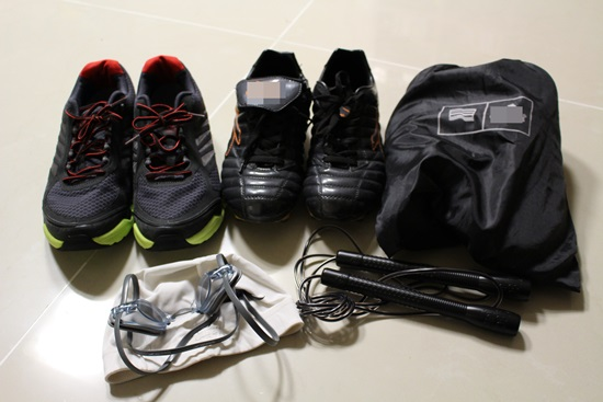버려진 운동용품들 주인 잘못 만나서 신발장과 창고에 버려진 운동용품들. 조깅화, 풋살화 등등...너희들을 살 때만해도 그 종목의 선수를 꿈꾸었단다. 현재는 이중 아무것도 하는게 없다.